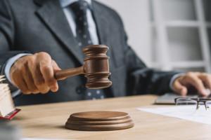 abogado-juez-sexo-masculino-que-da-veredicto-golpeando-mazo-mazo-bloque-que-suena_23-2147898506